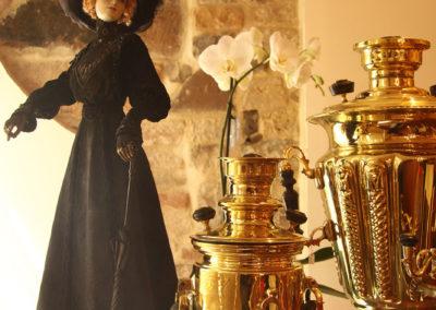 Samovars anciens et poupée en porcelaine à la galerie Rue Pouchkine
