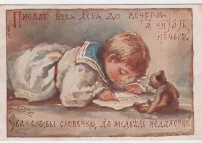 Petit garçon écrivant avec son ours