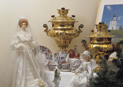 Porcelaine de Saint-Pétersbourg avec samovars anciens et poupées en porcelaine