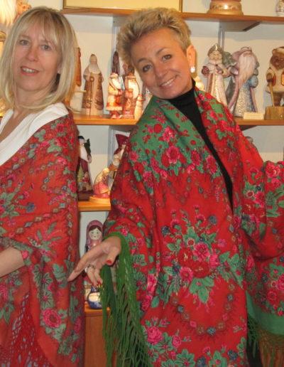 Elena et moi dans ma galerie à Strasbourg avec des châles très anciens